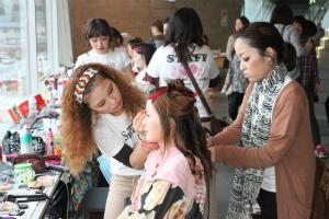 ヴィーナスアカデミーの学生が、岩手県大船渡市の震災復興応援イベント「笑顔プロジェクト」にボランティアとして参加しました。